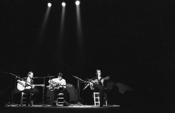 Junto a dos grandes, Al Di Meola (izquierda) y John McLaughlin, en la apertura del Festival Internacional de Jazz de Madrid, en 1980. Foto: Ricardo Martín.