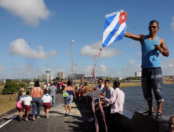 El Malecón del Parque servió de escenario a un festival de papalotes. Foto: Orlando Duran Hernàndez/Cubadebate