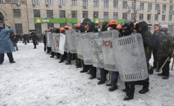 Manifestantes se enfrentan a la policía durante una protesta en el centro de Kiev. Foto: Archivo