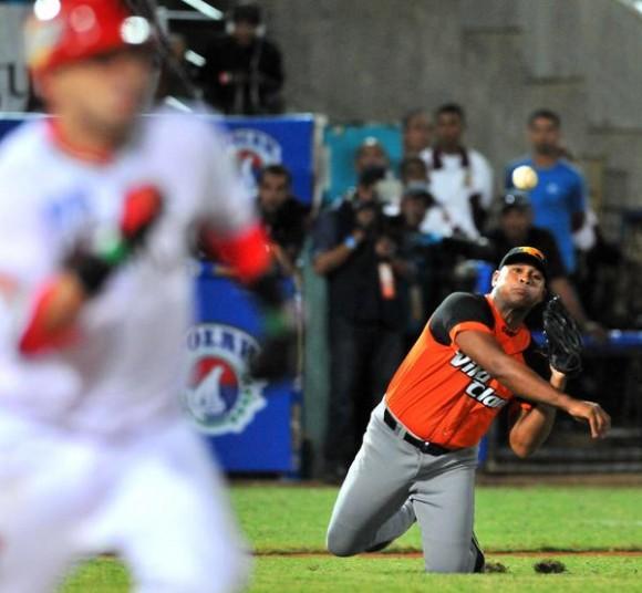 El abridor  del equipo de Villa Clara, Freddy Asiel Álvarez, en el partido frente a los Naranjeros de Hermosillo, donde la escuadra de México se impuso a Cuba 9 carreras por 4, en la Serie del Caribe de Béisbol, en el estadio Nueva Esparta, de isla Margarita, Venezuela, el 1 de febrero de 2014.   AIN FOTO/Ricardo LÓPEZ HEVIA/Periódico Granma/