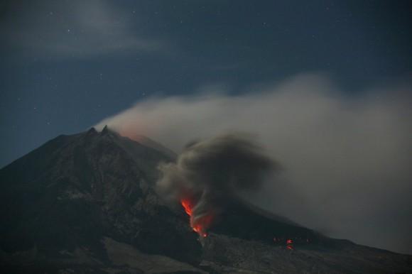 El monte Sinabung arroja ceniza en la isla de Sumatra (Indonesia). El volcán se encuentra en la provincia de Karon, y desde que reanudó su actividad, en 2010, se ha cobrado la vida de 31 personas por afecciones pulmonares, asma o hipertensión. Binsar Bakkara (AP)