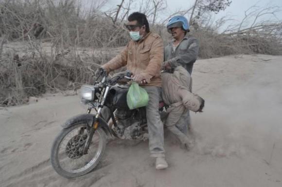 Los servicios de rescate consiguen recuperar un cadáver en moto. SUTANTA ADITYA AFP