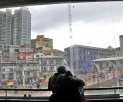 Pareja contempla la ciudad desde el mercado popular de La Paz. Foto: Kaloian.