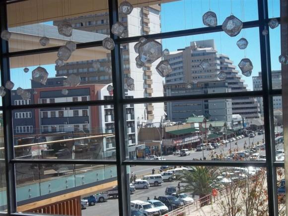 Ventana a la ciudad, Windhoek, Namibia. Una bella imagen de la capital de Namibia vista desde el hotel Hilton. Foto: José Alberto Zayas Pérez