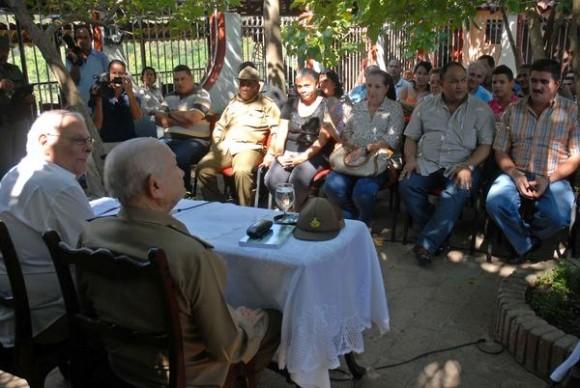 Eugenio Suárez Pérez (Izquierda), director de la Oficina de Asuntos Históricos del Consejo de Estado, y Guillermo García Frías (de espalda), durante la presentación del libro. Foto: AIN