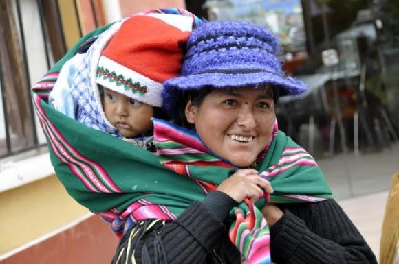 Una madre boliviana me sorprende haciéndole una foto y me regala una sonrisa. Foto: Kaloian.