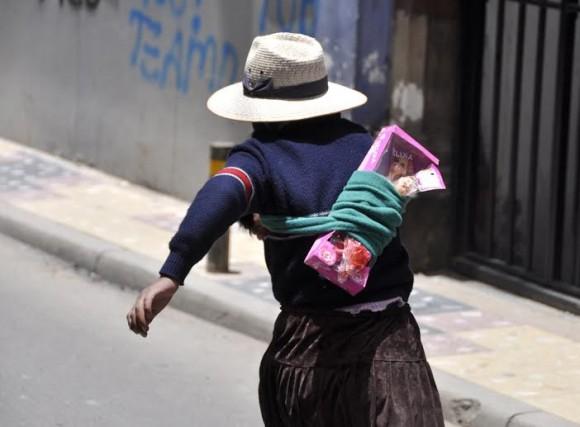 En la vestimenta de las Cholas llama la atención el Bombín, sombre exclusivo para varones en el resto del mundo pero que, en Bolivia, se lo apropiaron las mujeres.
