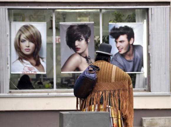 Aunque el pueblo boliviano es un ejemplo digno de resistencia cultural, los rostros de las bolivianas y bolivianos, con sus multicolores, elaboradas y originales vestimentas típicas no son los protagonistas de los anuncios publicitarios. Foto: Kaloian.