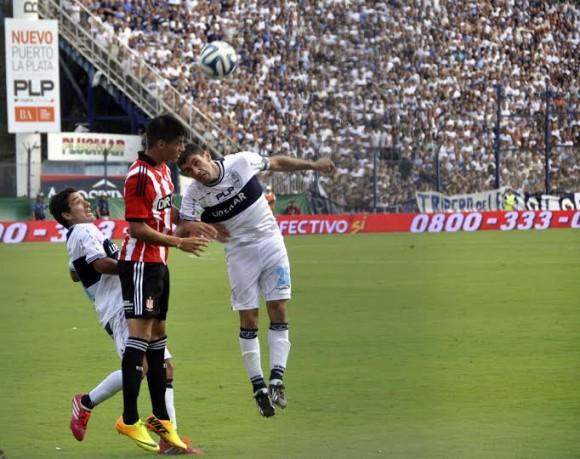 Clásico platense: Gimnasia y Esgrima (camiseta azul y blanca) frente a Estudiantes (camiseta roja y blanca). Foto: Kaloian.