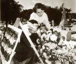 Ante la tumba de Eduardo Chibás, Haydée y Melba depositan una ofrenda floral.