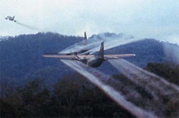 Aviones C-123 de la US Air Force roseando con el defoliante «Agente Naranja» el Vietnam durante la guerra en este país.