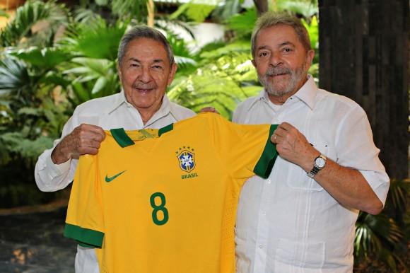 Lula obsequó a Raúl una camiseta de la selección nacional de Brasil con el número 8. Foto: Publicada por el Instituto Lula.
