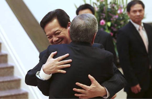 Nguyen Tan Dung y Raúl Castro se abrazan en ocasión de una visita del presidente de Cuba a Vietnam. Foto: Archivo (AP).