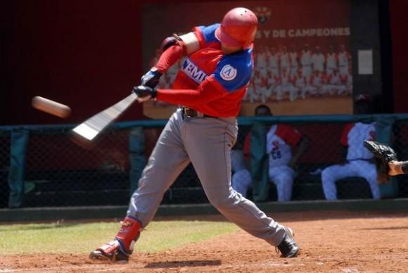 Frederich Cepeda Cruz, jardinero derecho de la selección de Artemisa,  se convirtió en el pelotero número 26 en llegar a la cifra de 1000 carreras impulsadas en Series Nacionales de Béisbol, durante el juego entre los equipos de Mayabeque y Santiago de Cuba, celebrado en el estadio santiaguero Guillermón Moncada, el 24 de marzo de 2014. AIN FOTO/Miguel RUBIERA JUSTIZ