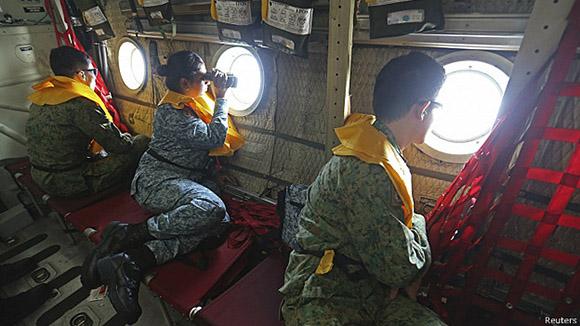 Miembros de una fuerza multinacional participan en la búsqueda del  Boeing 777-200.