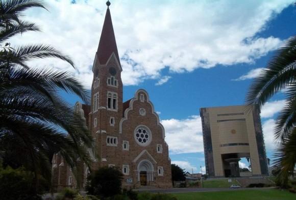 """""""Contraste"""". Windhoek, Namibia. Hay un cambio de época evidente,  con un marcado contraste entre la bella Iglesia de Windhoek y El museo de Arte, ubicado en un mismo espacio que provoca opiniones encontradas y es un excelente material para los profesores de la carrera de Arquitectura que quieran explicar este propiedad  de la forma. Foto: José Alberto Zayas Pérez"""