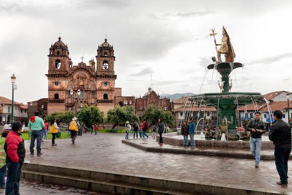 3 Plaza de Armas al fondo la Iglesia de la Compañía de Jesus. Foto: Alex Castro.