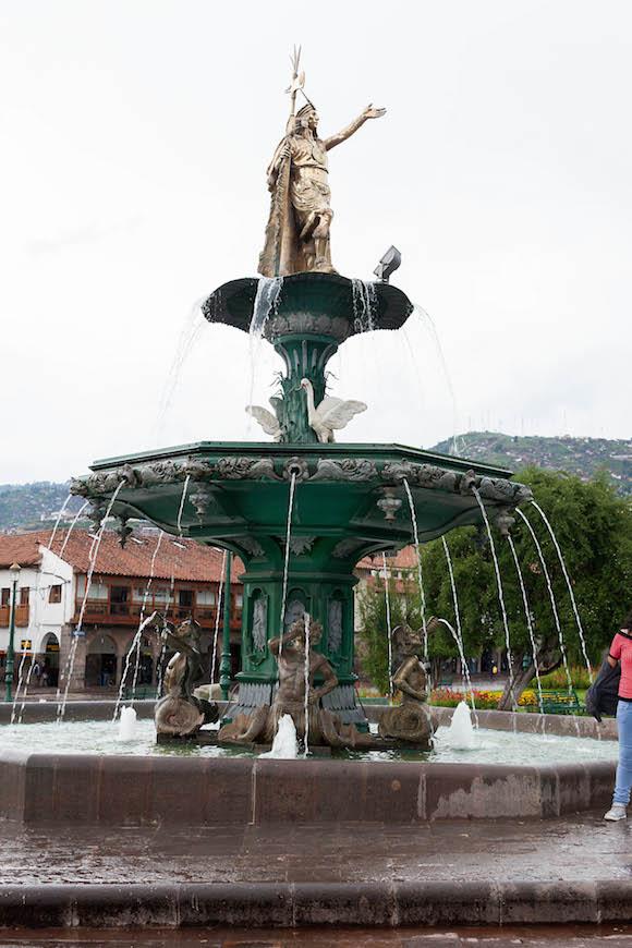 9 Estatua de Pachacutec en la Plaza de Armas. Foto: Alex Castro