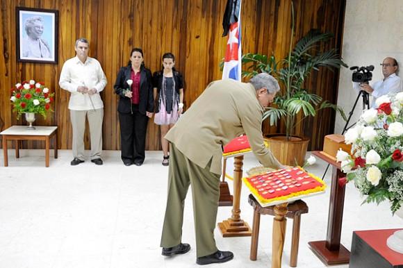 El General de Ejército Raúl Castro Ruz, Presidente de los Consejos de Estado y de Ministros, rindió tributo a la Heroína del Moncada Melba Hernández Rodríguez del Rey Autor:Estudios Revolución