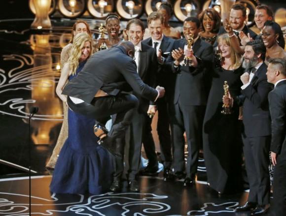 El director Steve McQueen salta sobre el escenario tras ganar el Oscar a la mejor película.  LUCY NICHOLSON (REUTERS)