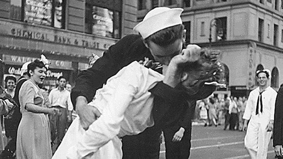 El marinero besando