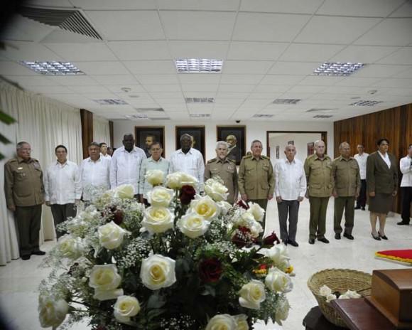 En el homenaje, Raúl estuvo acompañado por familiares de Melba y miembros del Buró Político del Partido Comunista de Cuba. Foto: Estudios Revolución