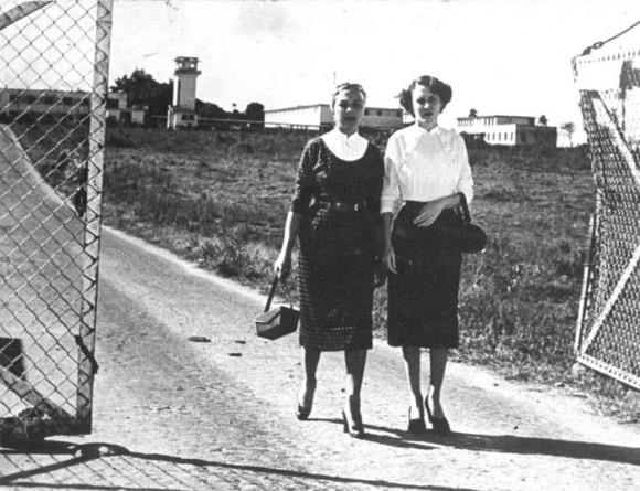 Salida de Haydée y Melba de la Cárcel de Mujerews de Guanajay, el 20 de febrero de 1954 Foto: Constantino Arias