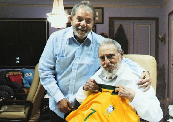 Lula entregó a Fidel una camiseta de la Selección de Brasil con el número 7. Foto: Publicada por el Instituto Lula.