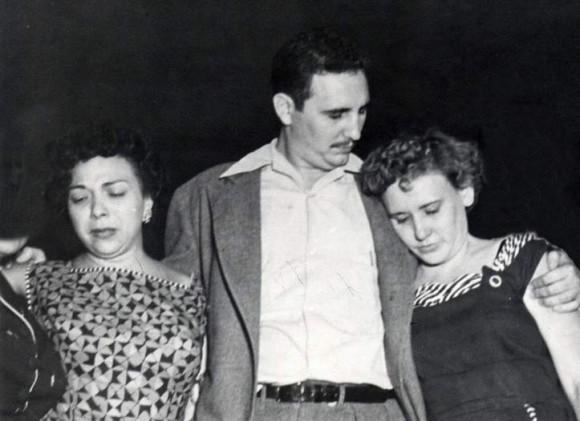 Fidel Con Melba y Haydeé a la salida del Reclusorio de Isla de Pinos 15 de mayo de 1955