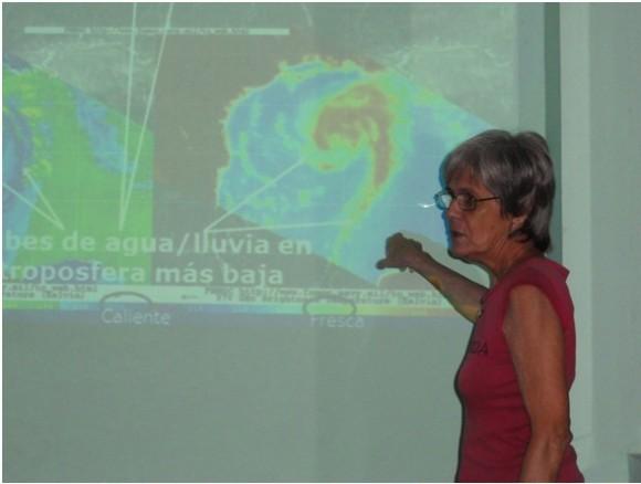 La Dra. Maritza Ballester, Investigador Titular del Centro Nacional de Pronósticos del Insmet y Coordinadora del Cursillo-Taller, explicando el tema del uso de las tecnologías de satélites meteorológicos en huracanes. Foto: INSMET/Cubadebate