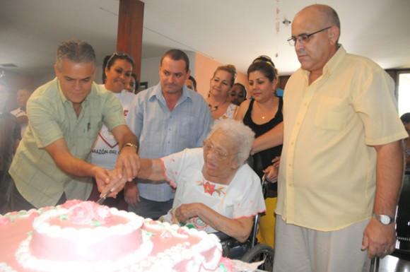 La Heroína del Moncada Melba Hernández celebró su cumpleaños 92 con los CDR.  Foto: Roberto Ruiz