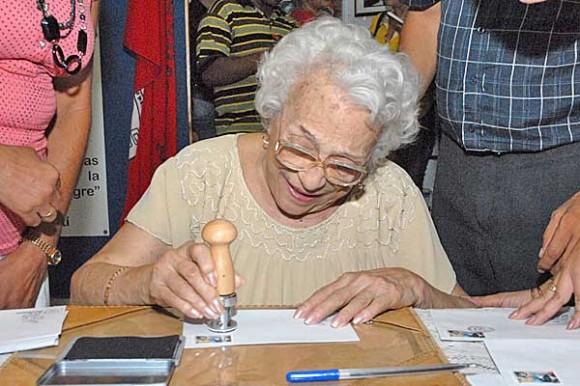 Melba cancelando el sello por el aniversario 50 de los CDR. Foto: Revista La Calle
