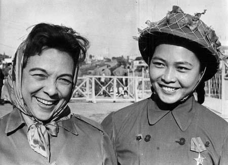 Melba con una combatiente vietnamita. Foto: Alberto Korda