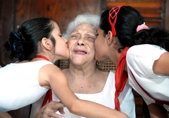 Melba y los niños. Foto: Roberto Suárez