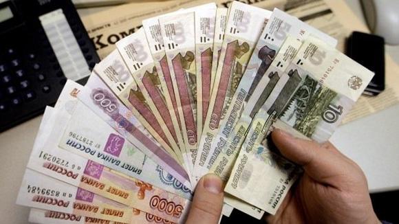El Consejo Estatal de Crimea decretó que a partir de este lunes las empresas y negocios de la región acepten como moneda de pago no solo la grivna ucraniana, sino también el rublo ruso.