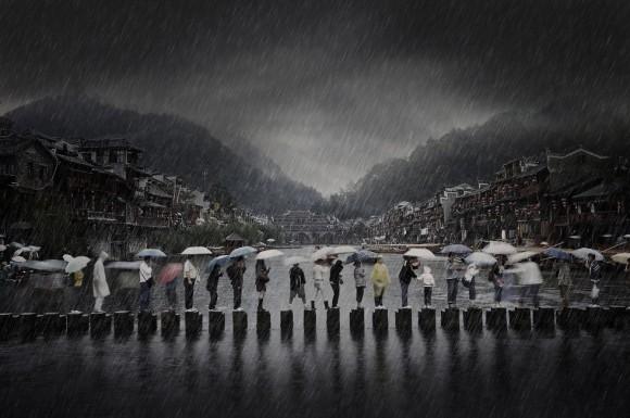 'Rain in Ancient Town'. Esta imagen del fotógrafo chino Chen Li, tomada en el sur de China, muestra la gente viajando durante la temporada de lluvias y es la imagen ganadora en la categoría de Viajes.