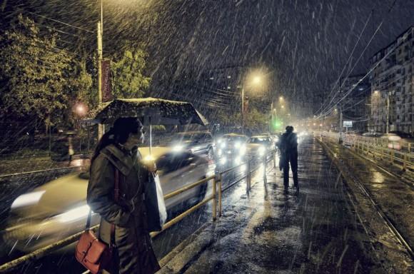 Fotografía de Vlad Eftenie ganadora en la categoría Baja luz, tomada en la estación del tranvía 41 en Bucarest, Rumania.