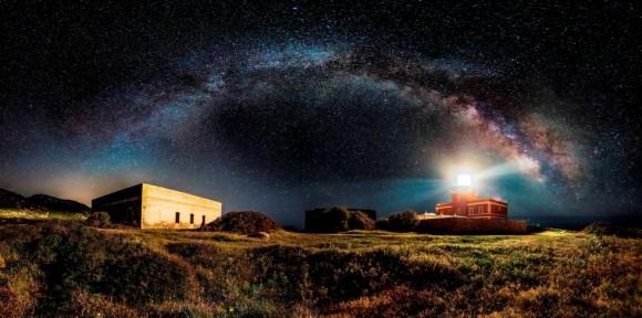 'Starry Lighthouse'. El italiano Ivan Pedretti ha ganado en la sección Foto Panorámica con esta imagen nocturna en el cabo Spartivento en Italia.