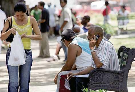 Telefonía móvil en Cuba. Foto: Alberto Roque / AFP.