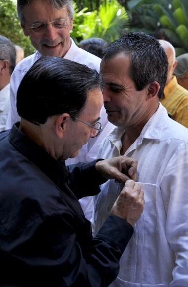 Tubal Páez impone la Distinción a Juan Antonio Fernández, Director de la Oficina Cubana de la UNESCO