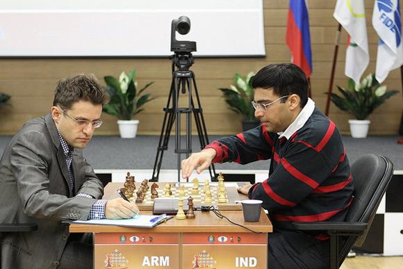 Aronian (izquierda) no pudo con el Tigre de Madras.