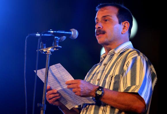 Fernando González habla en el Concierto por Los Cinco en la Escalinata de la Universidad de La Habana, 1 de marzo de 2014. Foto: Ismael Francisco/Cubadebate