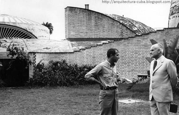 Vittorio Garatti y Alberto Moravia en las escuelas de arte, durante una visita del escritor a Cuba.