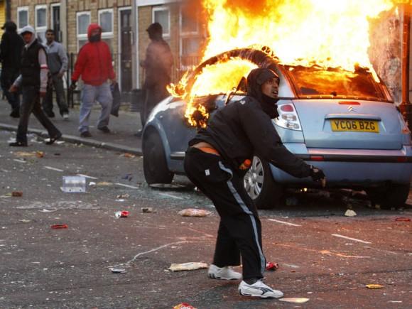 Un alborotador tira una piedra a la policía antimotín en Clarence Road en Heckney el 8 de agosto de 2011 en Londres, Inglaterra. Foto de Dan Istitene/Getty Images.