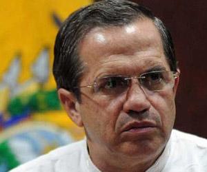 Canciller de Ecuador condecoró a médicos cubanos