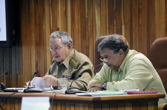 Raúl junto al vicepresidente del Consejo de Ministros Marino Murillo Jorge. Foto: Estudios Revolución