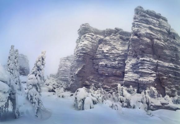 """Cuando las temperaturas bajan tanto, el aire se congela con la propia respiración y es posible oírlo. Los lugareños lo llaman el """"susurro de las estrellas"""". Foto: Serguéi Makurin."""