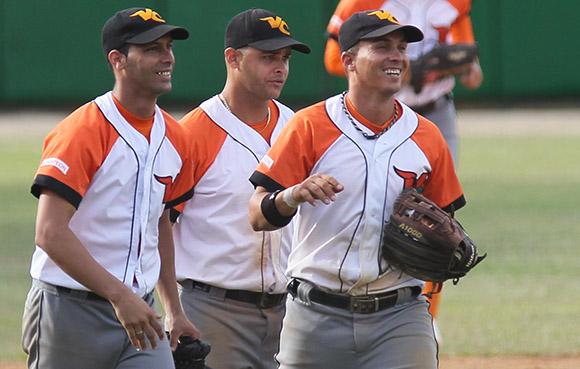 Carrillo, Borroto y Yeniet, disfrutando el triunfo de Villa Clara. Foto: Ismael Francisco/Cubadebate.