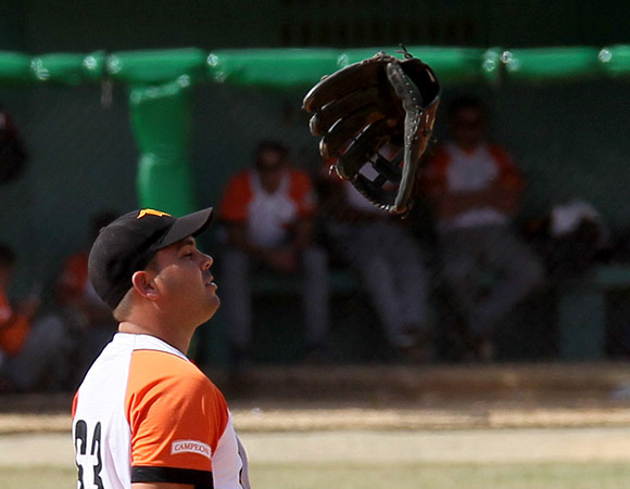 Canto tira su guante al cometer el segundo error del partido.  Foto: Ismael Francisco/Cubadebate.