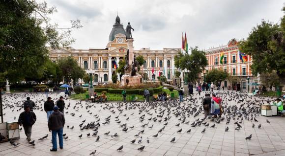 Plaza Murillo rodeada por los edificios gubernamentales